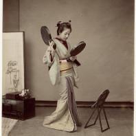 Donna giapponese allo specchio