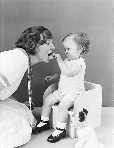 Bambino imbocca la madre