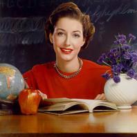 Donna con mela e fiori blu