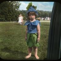 Bambino travestito da fiore