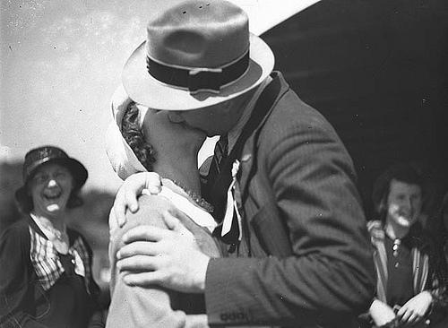 Due innamorati si baciano