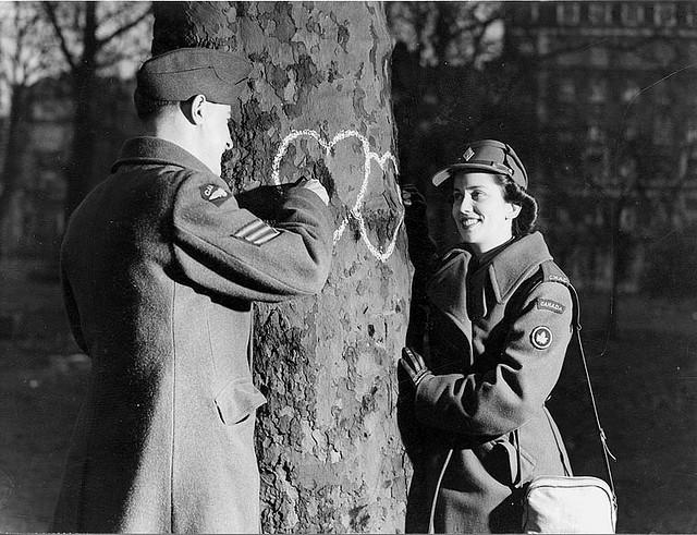 Innamorati disegnano cuori su un albero