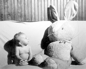 Neonato con coniglio gigantesco da Florida Memory via Flickr