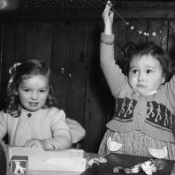 Bambina mostra una collana