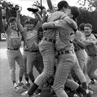 Squadra di baseball esulta