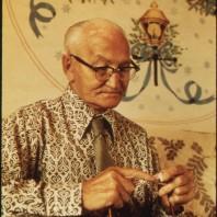 Anziano signore fa la maglia